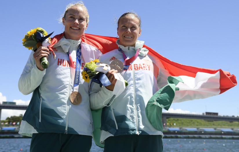 Tokió, 2021. augusztus 3. A bronzérmes Bodonyi Dóra (b) és Kozák Danuta a női kajak párosok 500 méteres versenyének eredményhirdetésén a világméretû koronavírus-járvány miatt 2021-re halasztott 2020-as tokiói nyári olimpián a Sea Forest Kajak-kenu Pályán 2021. augusztus 3-án. MTI/Kovács Tamás