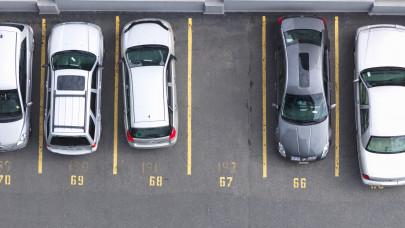 Rekordlassú parkolás egy magyar lakótelepen: ez azért már tényleg súlyos