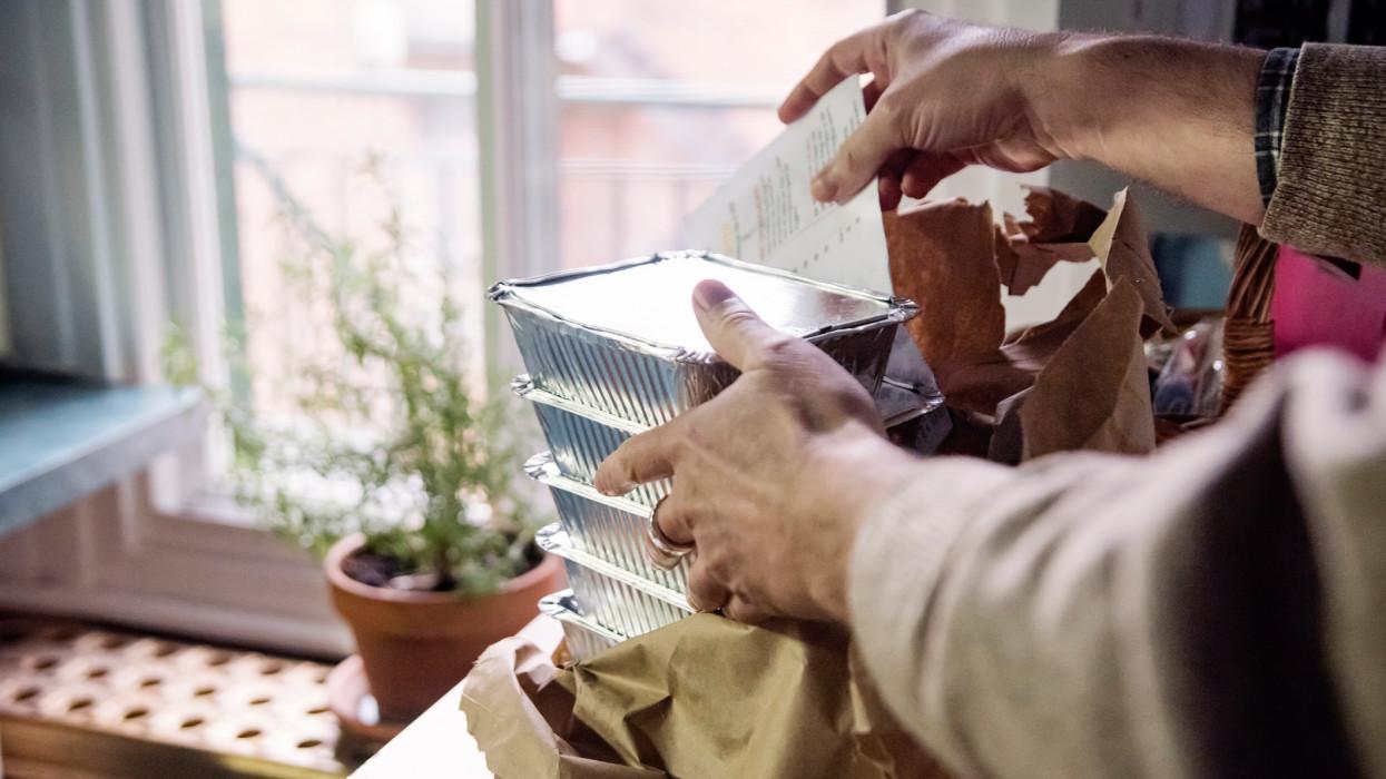 Belehalna az unalomba, ezért ételfutárnak állt az Apostol frontembere 79 évesen