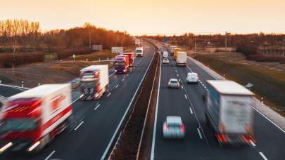 Kevesebb a kamion a magyar utakon, de még mindig nem eléggé