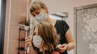 Rendre kinyitottak a fodrászok, kozmetikusok: így oldják meg a távolságtartást