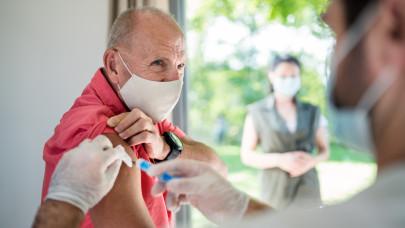 Szlávik: nyárra elérhető a tömeges immunitás
