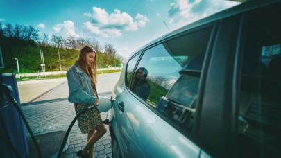 Autósok, figyelem! Tovább csökken a benzin ára szerdától: ennyit kell fizetni a kutaknál