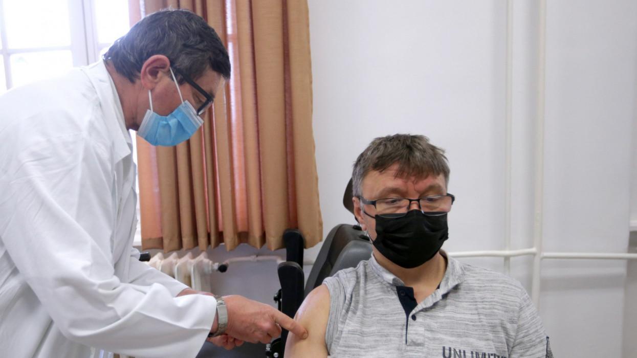 Szekszárd, 2021. április 14.Sima Ferenc orvos beolt egy férfit az orosz Szputnyik V koronavírus elleni vakcina elsõ adagjával Szekszárdon a Tolna Megyei Balassa János Kórház oltópontján 2021. április 14-én.MTI/Kiss Dániel
