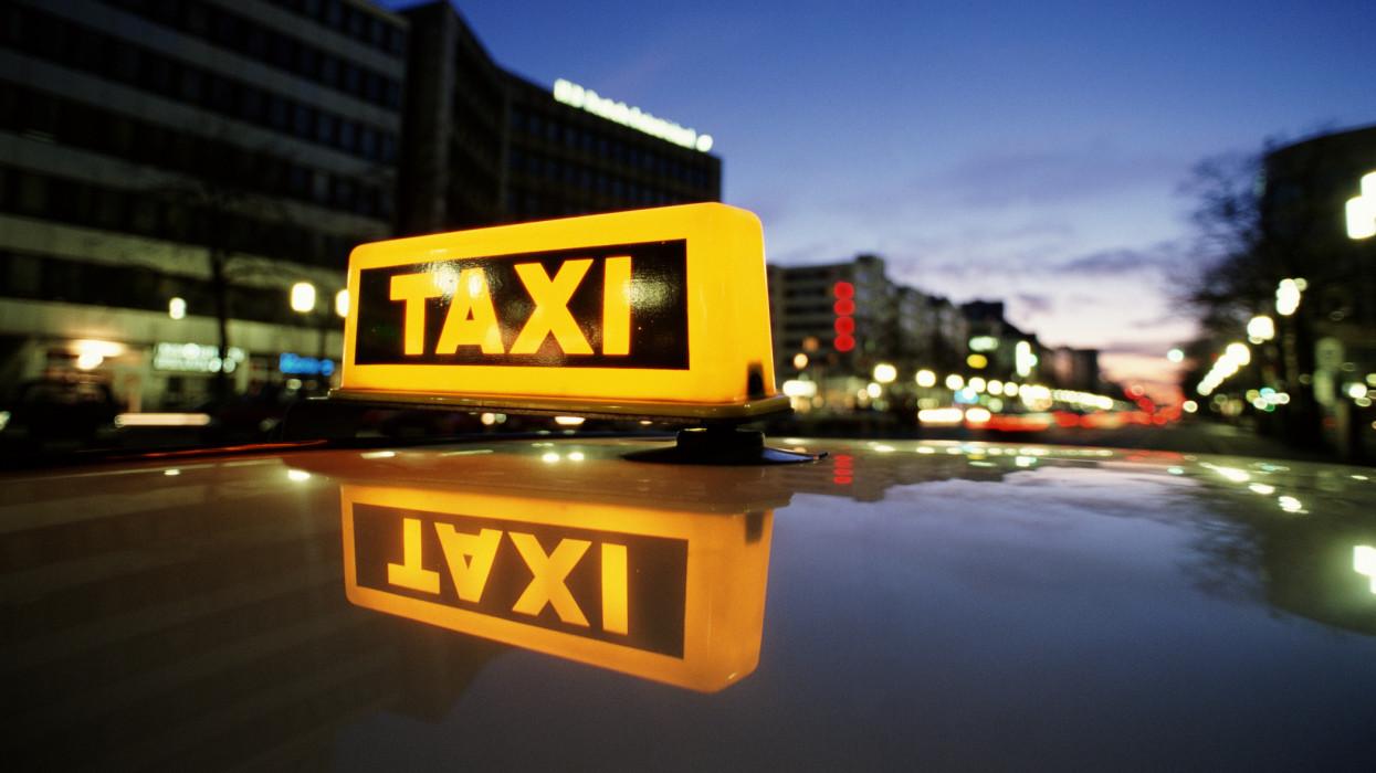 Rengeteg pesti taxis dobta be a törölközőt: sokan építkezésen melóznak inkább