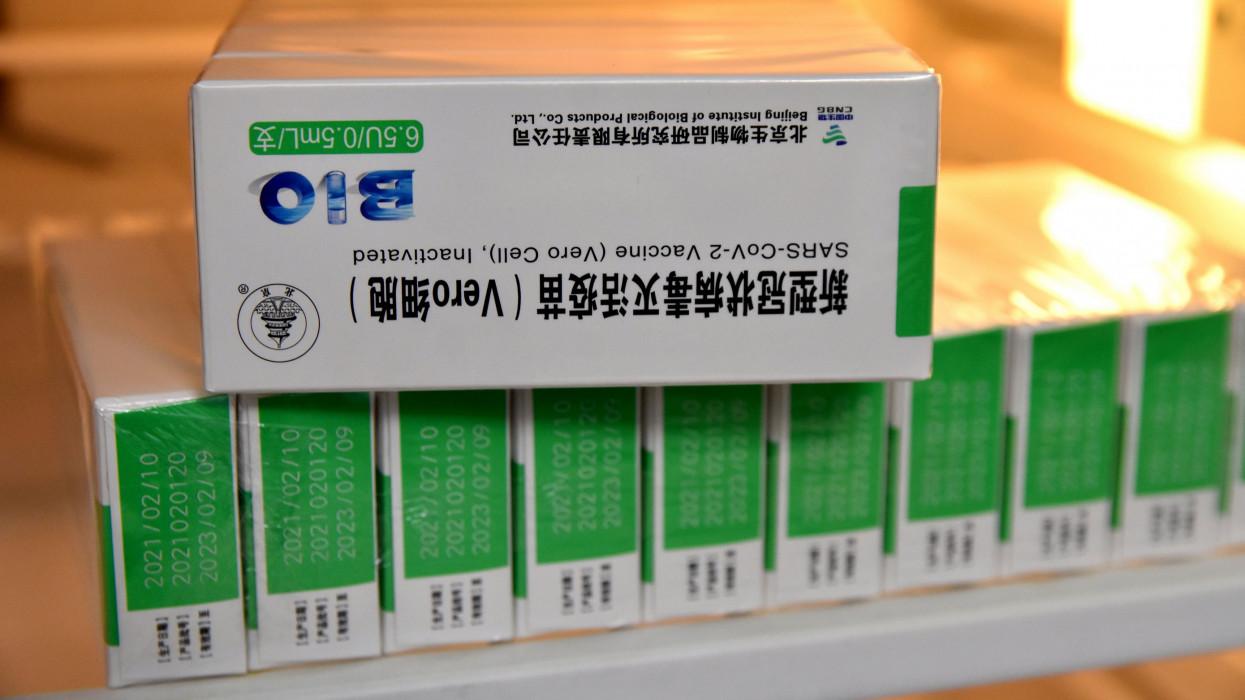 Szolnok, 2021. április 5.A kínai Sinopharm koronavírus elleni vakcinák Imre Anikó háziorvos szolnoki rendelõjében az oltás napján, 2021. április 5-én.MTI/Mészáros János