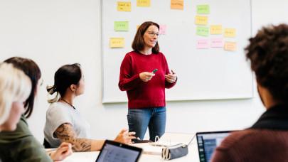 Pedagógus bértábla 2021: Ennyit keresnek a pedagógusok a pedagógusi életpályamodell alapján