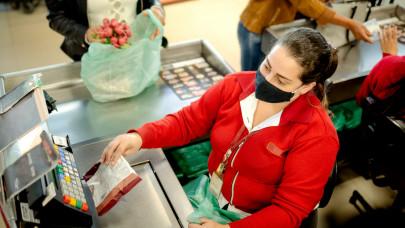 Ezzel veszi rá a dolgozóit az oltásra az Auchan, Tesco, Penny, Spar: most megtörhet a jég?