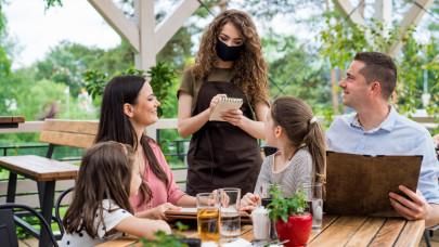 Tovább gyűrűzik a munkaerőhiány: hamarosan vagy a boltokban, vagy a vendéglátásban lesznek gondok