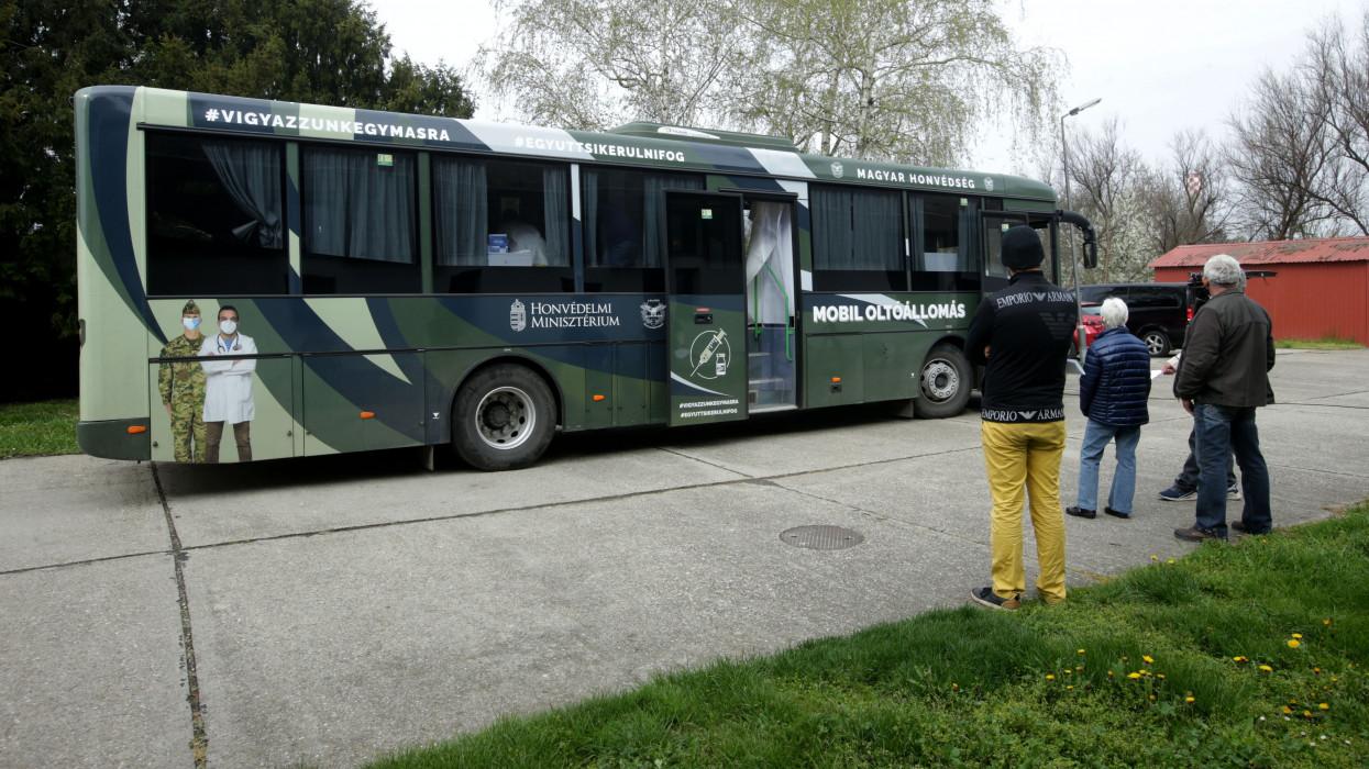 Robognak a honvédségi oltóbuszok: óránként ennyi embert oltanak be