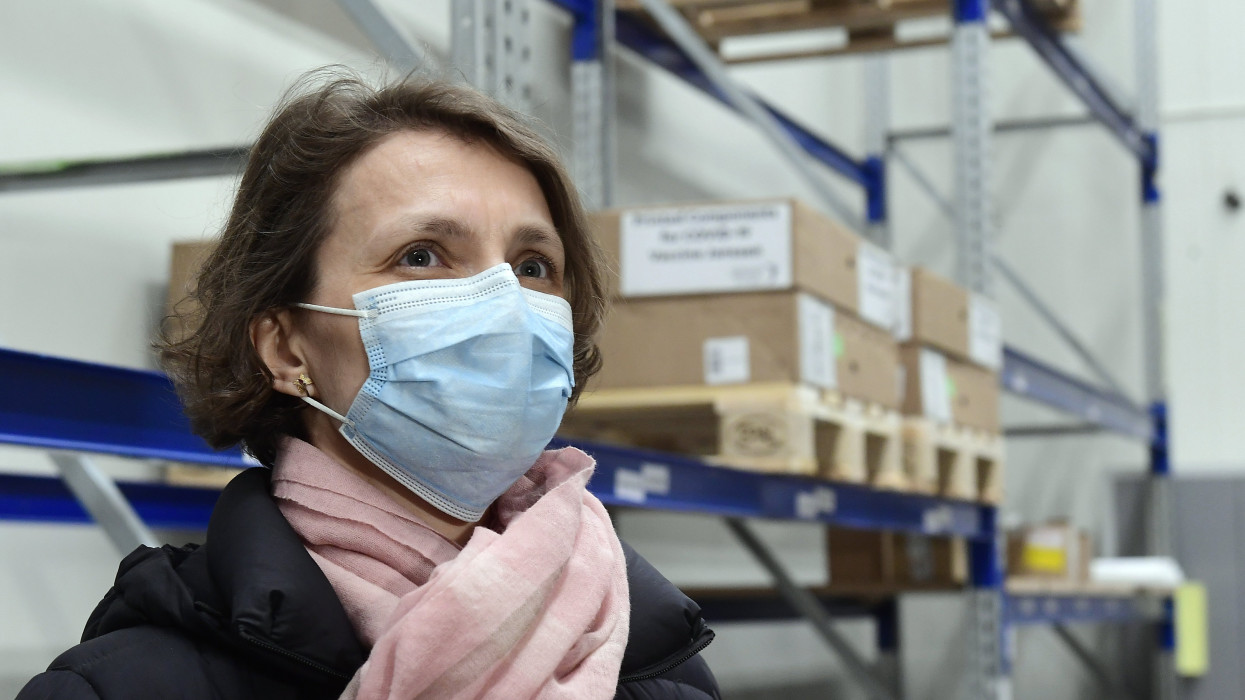 Budapest, 2021. április 13.Galgóczi Ágnes, a Nemzeti Népegészségügyi Központ járványügyi osztályvezetõje a Hungaropharma budapesti raktárában, ahova megérkeztek a koronavírus elleni Janssen-vakcinák 2021. április 13-án. A elsõ szállítmány összesen 28 800 embernek elegendõ oltóanyagot tartalmaz. A szállítmány fagyasztva érkezett és így is tárolják, kiszállítását csak a kiolvasztás után kezdik el. A Janssen-oltóanyagot honvédségi oltóbuszokkal viszik majd a kistelepülésekre. A Janssen adenovírusvektor-vakcina egyadagos, tehát nincs szükség második, emlékeztetõ oltásra a védettség kialakításához.MTI/Koszticsák Szilárd