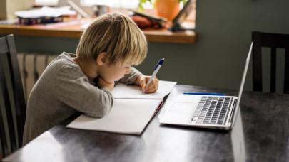 Óriási itthon a digitális szakadék: ezért pokol az online tanítás a vidéki Magyarországon