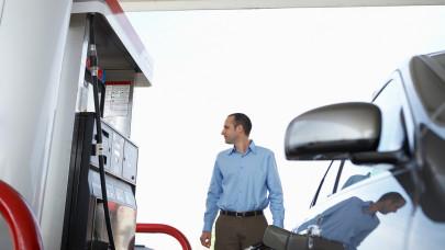 Autósok, figyelem! Ismét emelkedik a benzin ára szerdától: ennyit kell fizetni a kutaknál