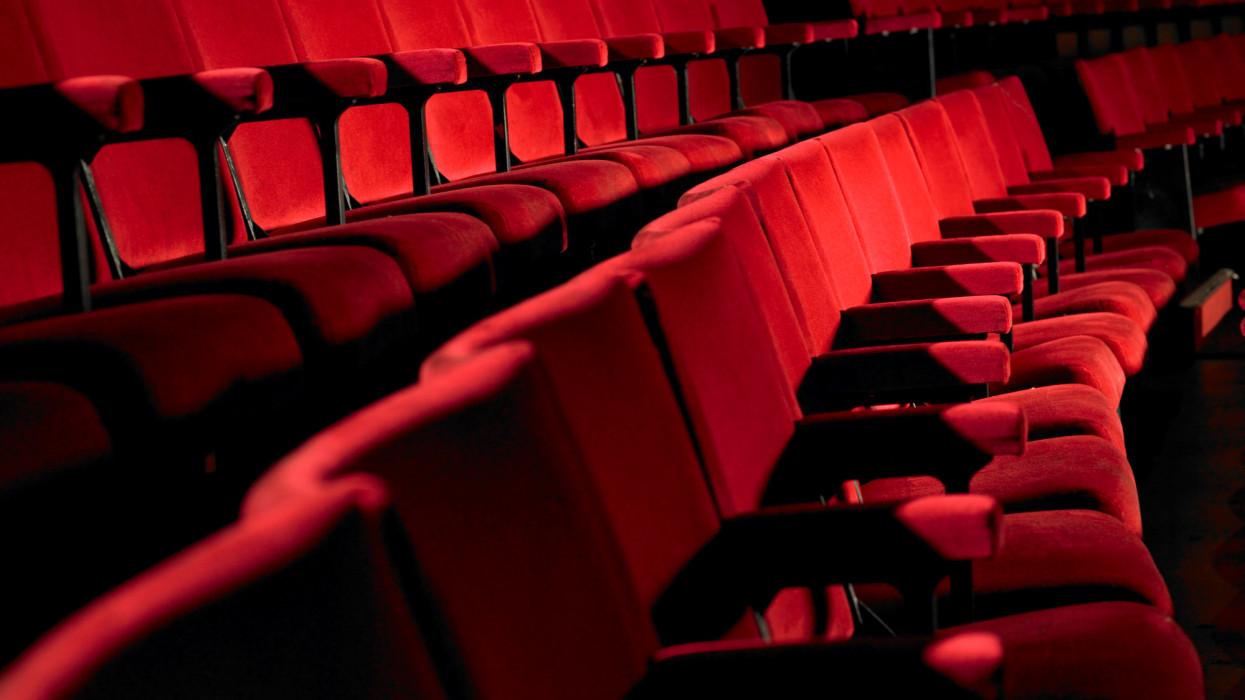 Pangtak a mozik az első hétvégén: ötszázszoros visszaesést hozott a pandémia