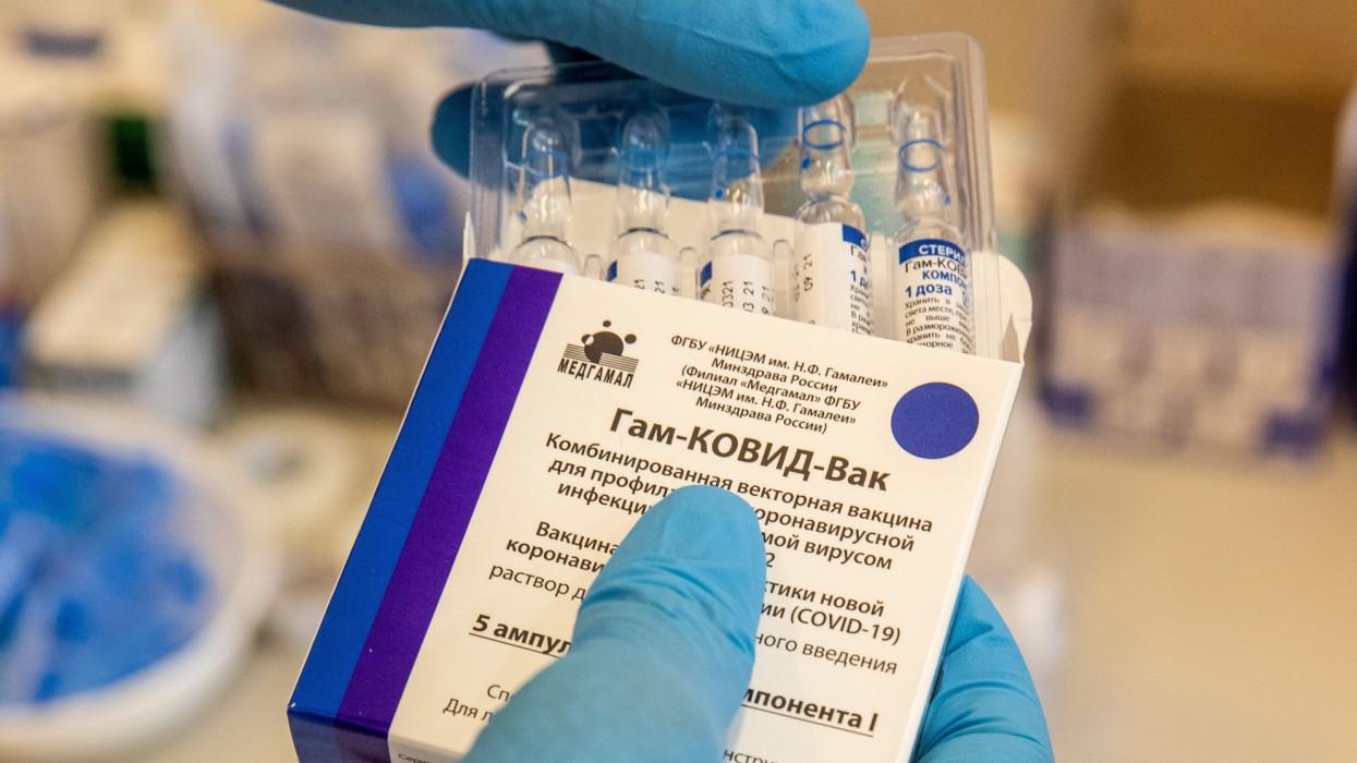 Békéscsaba, 2021. május 10.Oltáshoz készítik elõ az orosz Szputnyik V koronavírus elleni vakcinát a Békés Megyei Központi Kórház, Dr.Réthy Pál Tagkórház egyik oltópontján Békéscsabán 2021. május 10-én.MTI/Rosta Tibor