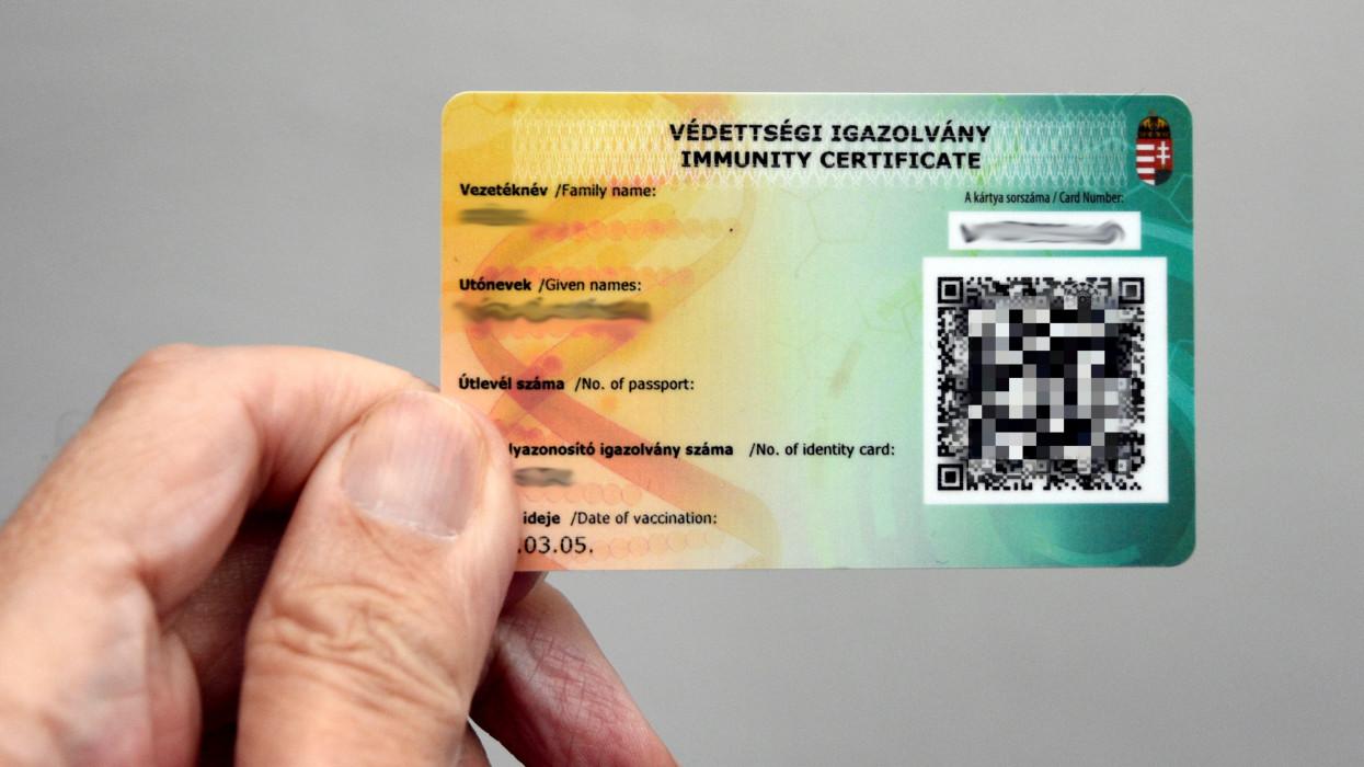 Budapest, 2021. március 19.Névre kiállított, személyes azonosító adatokat és az oltás idejét tartalmazó védettségi igazolvány. A hatósági igazolvány plasztikkártya, amely tanúsítja, hogy tulajdonosát beoltották a SARS-CoV-2 koronavírus elleni vakcinával és védettnek tekinthetõ.MTVA/Bizományosi: Róka László ***************************Kedves Felhasználó!Ez a fotó nem a Duna Médiaszolgáltató Zrt./MTI által készített és kiadott fényképfelvétel, így harmadik személy által támasztott bárminemû – különösen szerzõi jogi, szomszédos jogi és személyiségi jogi – igényért a fotó szerzõje/jogutódja közvetlenül maga áll helyt, az MTVA felelõssége e körben kizárt.