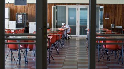 Sem az üzemi étkezdébe, sem a dohányzóba nem léphetnének be az oltást visszautasító dolgozók