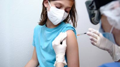 Beindult a szülői vakcina-para: valóban meddőséget okozhat a fiataloknál a Pfizer-oltás?