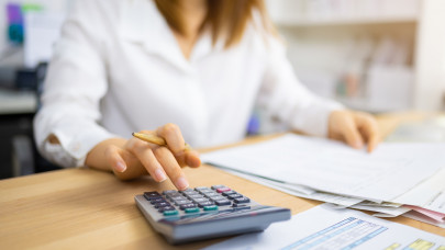 Fontos változás jöhet a minimálbérnél: adómentességet kaphatnak a melósok