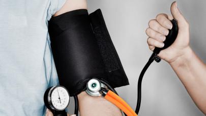 Erről idős magyarok százezrei nem tudnak: settenkedő vérnyomás-betegség okoz óriási gondokat