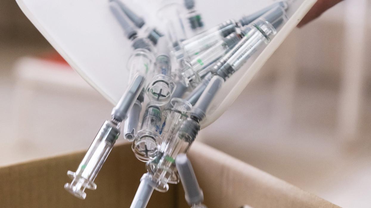 Nyíregyháza, 2021. május 5.A felhasznált kínai Sinopharm koronavírus elleni vakcinák üres fecskendõit a veszélyeshulladék-tárolóba dobják Pethõ Andrea háziorvos újfehértói rendelõjében 2021. május 5-én.MTI/Balázs Attila