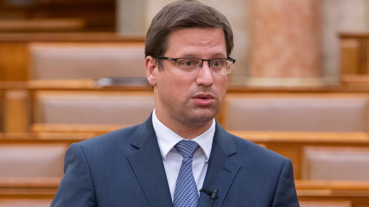 Budapest, 2021. május 17.Gulyás Gergely, a Miniszterelnökséget vezetõ miniszter interpellációra válaszol az Országgyûlés plenáris ülésén 2021. május 17-én.MTI/Szigetváry Zsolt