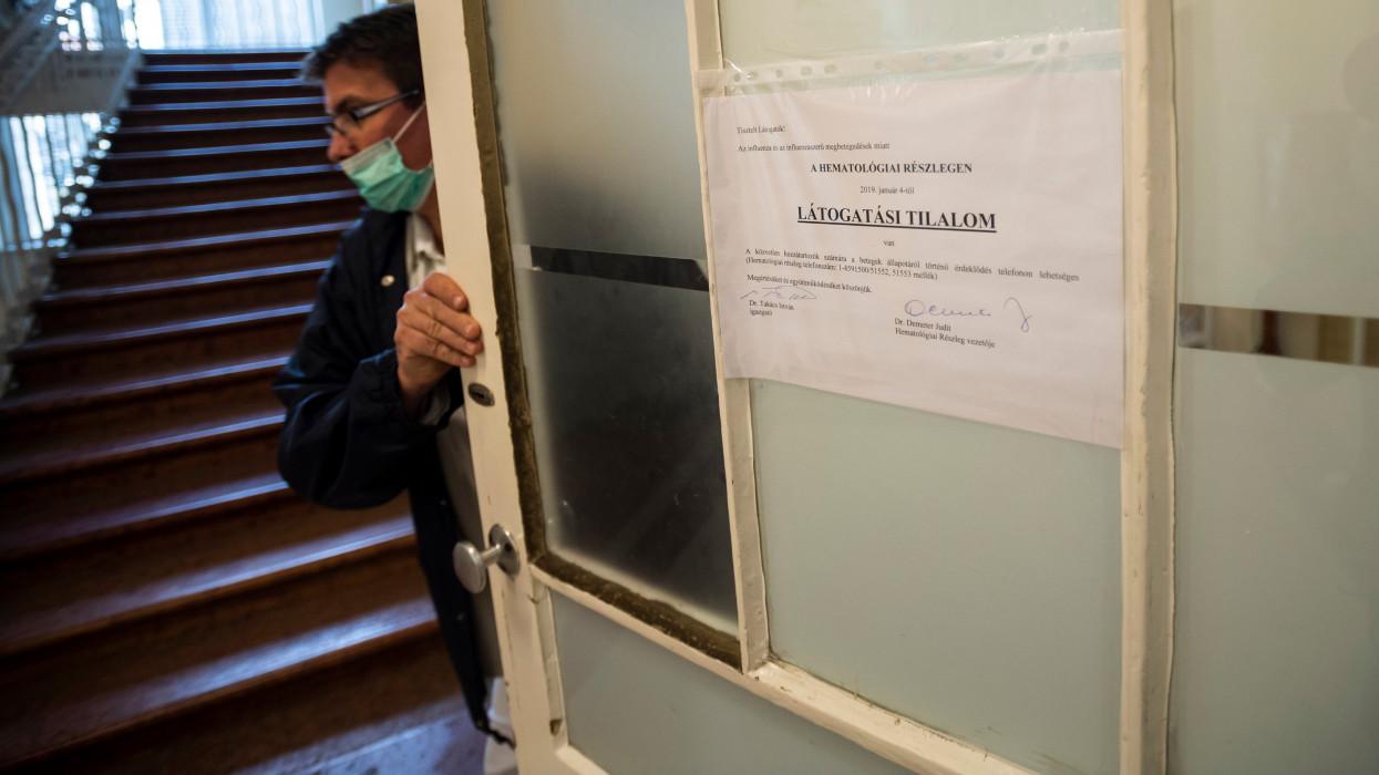 Budapest, 2019. január 15.Látogatási tilalomról szóló tájékoztató a budapesti Semmelweis Egyetem I. Sz. Belgyógyászati Klinika Hematológiai Részlegén 2019. január 15-én. Több kórházban látogatási tilalmat rendeltek el az influenzaszerû megbetegedések halmozódása miatt.MTI/Mónus Márton