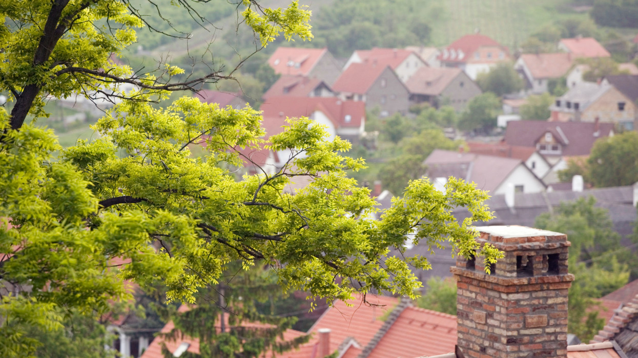 Lerohanják a városiak a vidék falvait: meddig tarthat még a házvásárlási láz?