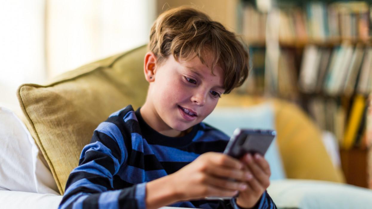 Orruknál fogva vezetik a magyar gyerekeket: sok szülő tárcája bánja a kicsomizós videókat