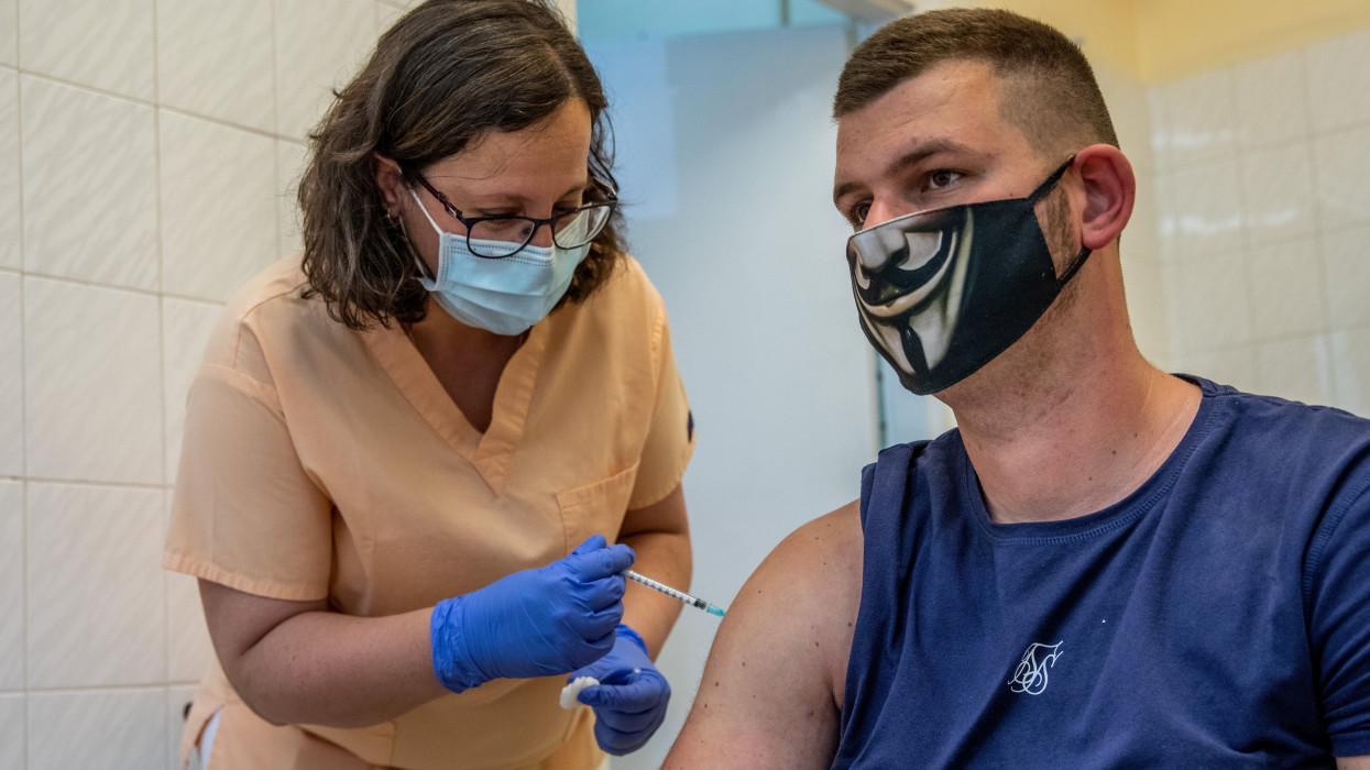 Békéscsaba, 2021. május 27.Fekete Beáta ápoló beolt egy férfit az orosz Szputnyik V koronavírus elleni vakcina második adagjával Békéscsabán, a Réthy Pál kórház oltópontján 2021. május 27-én.MTI/Rosta Tibor