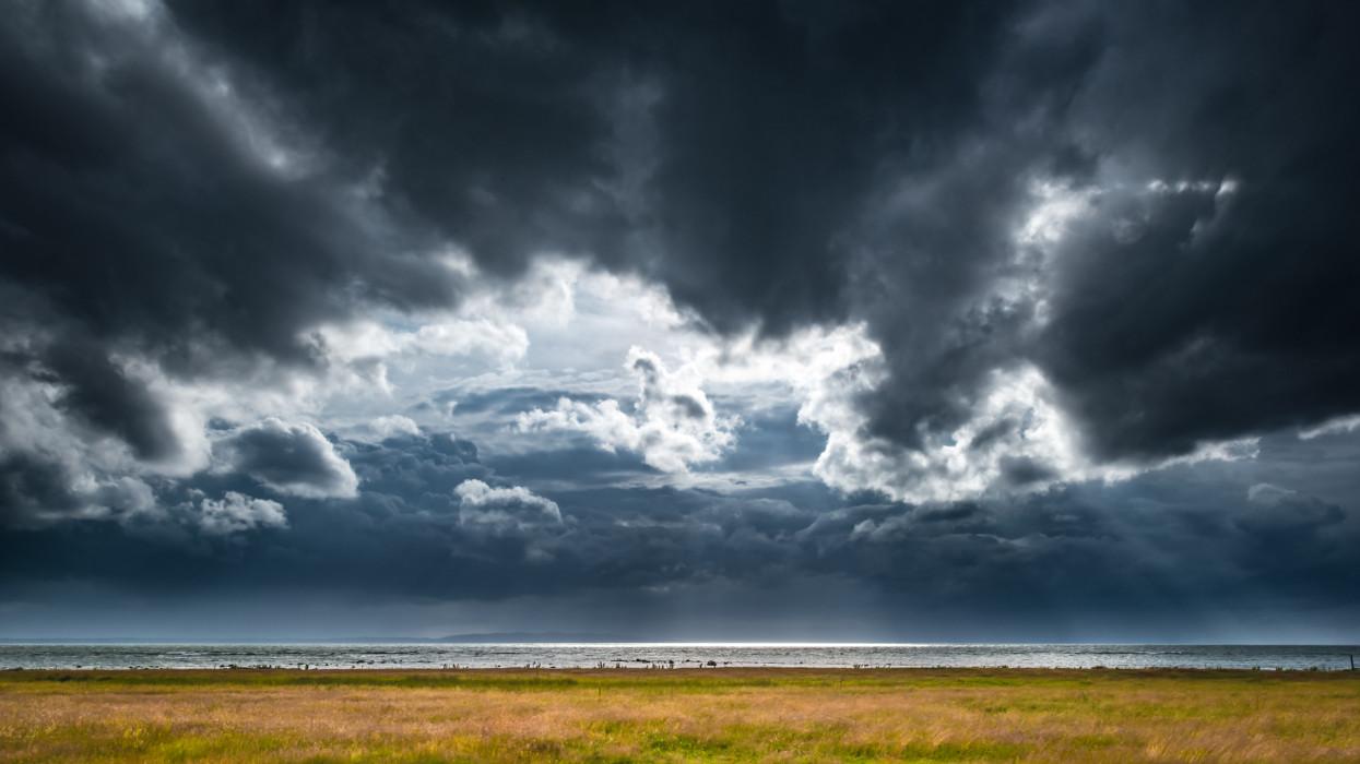 Vasárnap is érvényben a riasztás: nem múlt el a zivatarveszély, bárhol leszakadhat az ég