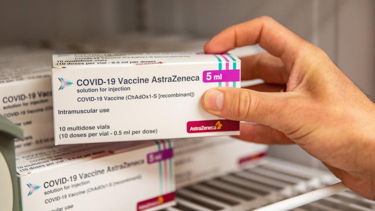 Békéscsaba, 2021. május 31.Az AstraZeneca brit-svéd gyógyszergyár és az Oxfordi Egyetem közös fejlesztésû, koronavírus elleni vakcináját teszik hûtõszekrénybe a Békés Megyei Kormányhivatalban Békéscsabán 2021. május 31-én. Ezen a napon a hivatalba a Moderna amerikai biotechnológiai cég, az amerikai Johnson & Johnson leányvállalata, a Janssen egyadagos, valamint az AstraZeneca brit-svéd gyógyszergyár és az Oxfordi Egyetem közös fejlesztésû, koronavírus elleni oltóanyagai érkeztek meg.MTI/Rosta Tibor