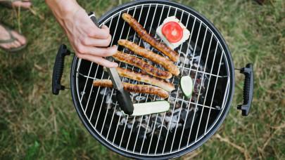 Kiderült a grillmesterek féltett praktikája: így lesz vegyszerek nélkül is makulátlan a rostély