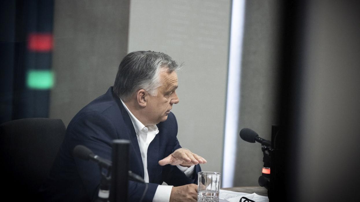 Budapest, 2021. május 21.A Miniszterelnöki Sajtóiroda által közreadott képen Orbán Viktor kormányfõ interjút ad a Jó reggelt, Magyarország! címû mûsorban a Kossuth rádió stúdiójában 2021. május 21-én.MTI/Miniszterelnöki Sajtóiroda/Fischer Zoltán
