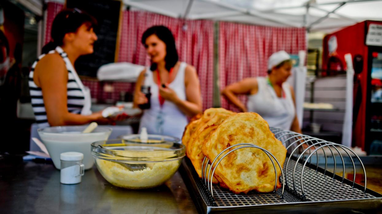 Vége a jó világnak a Balatonnál: ennyiért gályáznak idén nyáron a vendéglátósok