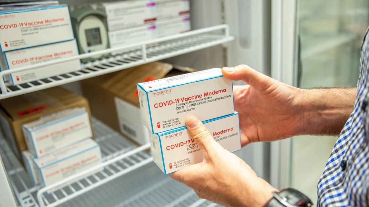 Békéscsaba, 2021. május 31.A Moderna amerikai biotechnológiai cég koronavírus elleni vakcináját teszik hûtõszekrénybe a Békés Megyei Kormányhivatalban Békéscsabán 2021. május 31-én. Ezen a napon a hivatalba a Moderna amerikai biotechnológiai cég, az amerikai Johnson & Johnson leányvállalata, a Janssen egyadagos, valamint az AstraZeneca brit-svéd gyógyszergyár és az Oxfordi Egyetem közös fejlesztésû, koronavírus elleni oltóanyagai érkeztek meg.MTI/Rosta Tibor