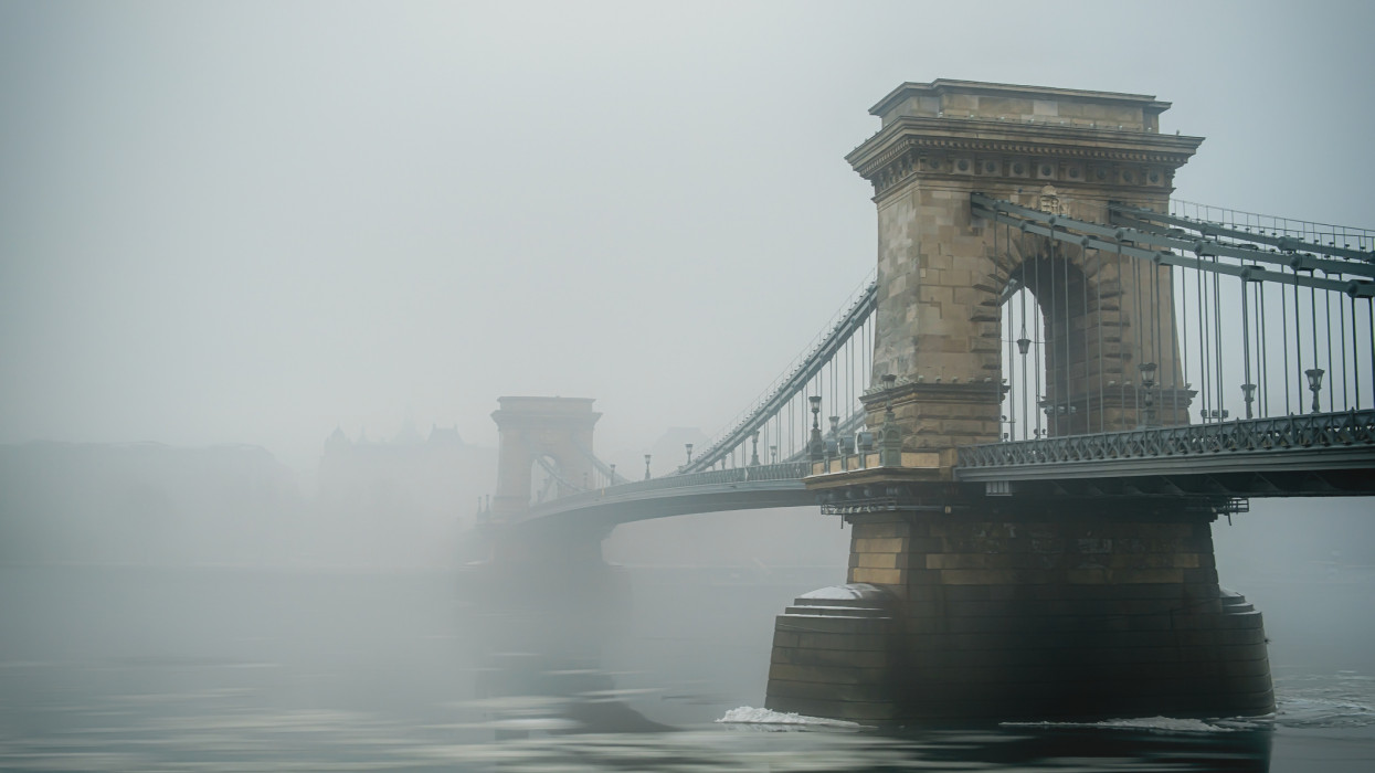 The famous Széchenyi chainbridge covered in fog.