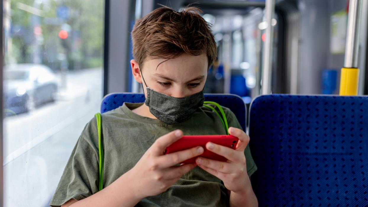 Csalókra figyelmeztet a szoftvercég: orruknál fogva vezetik a magyar gyerekeket
