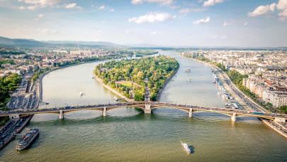 Ne csodálkozz, ha csak lépésben lehet haladni a hétvégén: ilyen járművek tűnnek fel Budapest utcáin