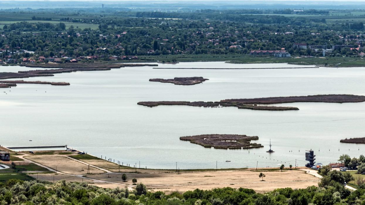 Velence, 2021. június 6.Kilátás a 2018 márciusában átadott Bence-hegyi kilátóról, a Sukoró melletti Bence-hegyrõl, melynek 20 méter magas toronyára 196 lépcsõ vezet fel. A kivitelezésben résztvevõ építészek Kruppa Gábor, Merkel Tamás. A kilátóról nem csak a Velencei-tó egészére nyílik körpanoráma, hanem még a Budai-hegységet és a Vértest, sõt még a Bakony egyik csücskét is megcsodálhatják tiszta idõben a látogatók. Középen a Velencei-tó.MTVA/Bizományosi: Faludi Imre ***************************Kedves Felhasználó!Ez a fotó nem a Duna Médiaszolgáltató Zrt./MTI által készített és kiadott fényképfelvétel, így harmadik személy által támasztott bárminemû – különösen szerzõi jogi, szomszédos jogi és személyiségi jogi – igényért a fotó szerzõje/jogutódja közvetlenül maga áll helyt, az MTVA felelõssége e körben kizárt.