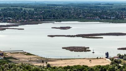 Tonnaszámra pusztulnak a halak a Velencei-tóban, de fürdeni szabad?