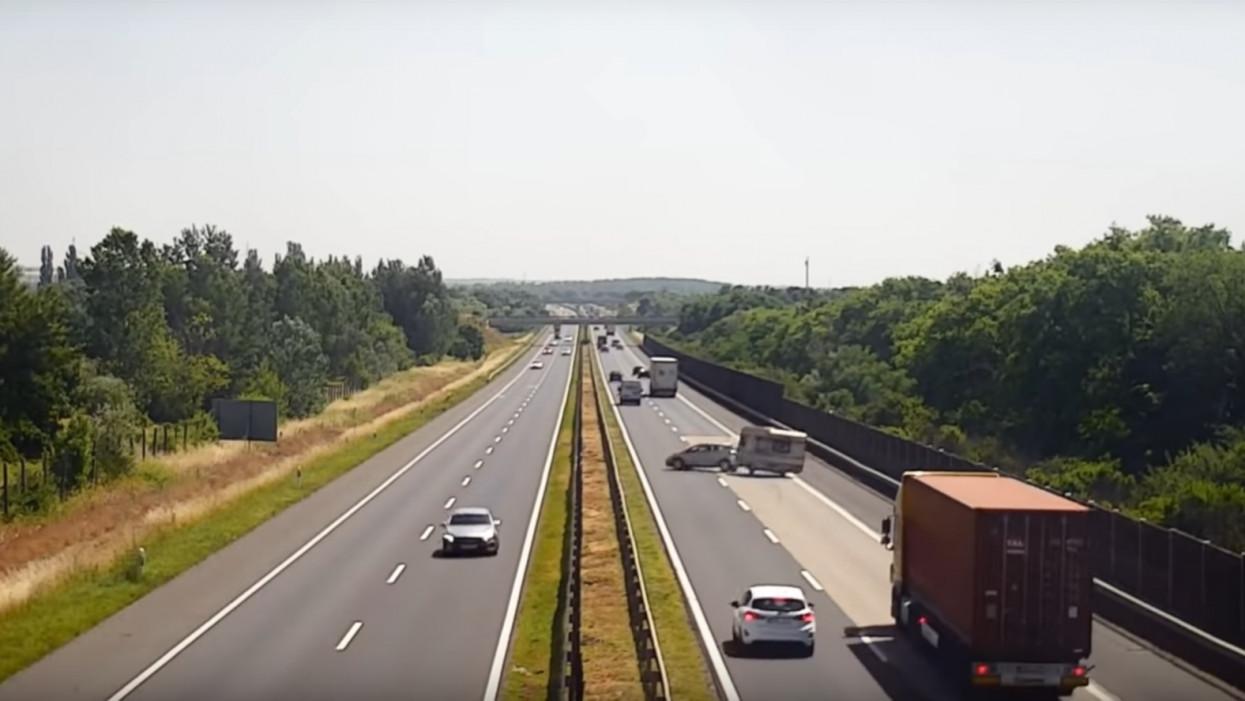 Videón a brutális lakókocsi-borulás: óriási baleset történt az M3-ason