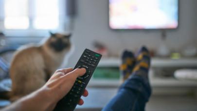 Bombázzák a tévék a magyar nézőket bujtatott reklámmal: ezekben a műsorokban van a legtöbb