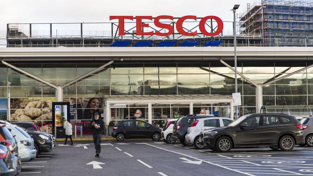 Eladja több mint egy tucat áruházát a Tesco Magyarországon