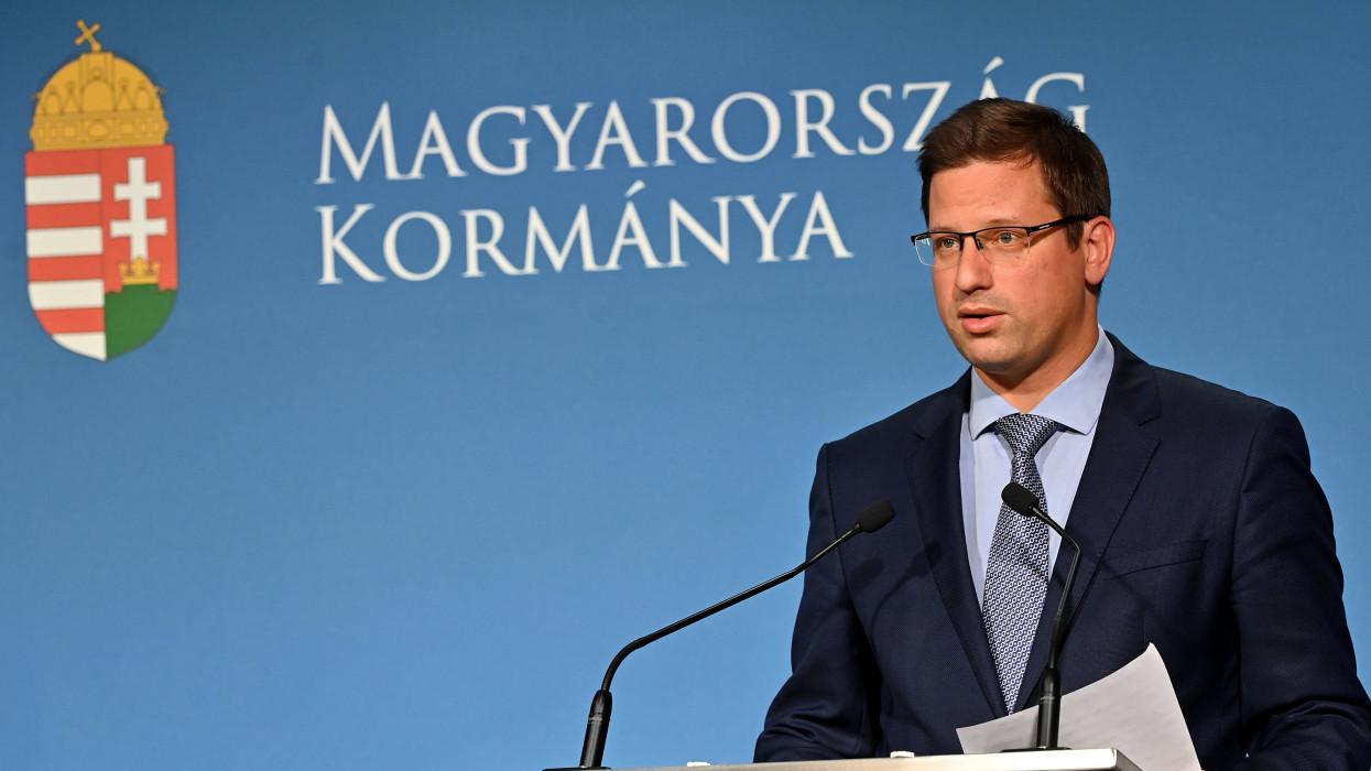 Budapest, 2021. július 7.Gulyás Gergely Miniszterelnökséget vezetõ miniszter a Kormányinfó sajtótájékoztatón a Miniszterelnöki Kabinetiroda sajtótermében 2021. július 7-én.MTI/Illyés Tibor