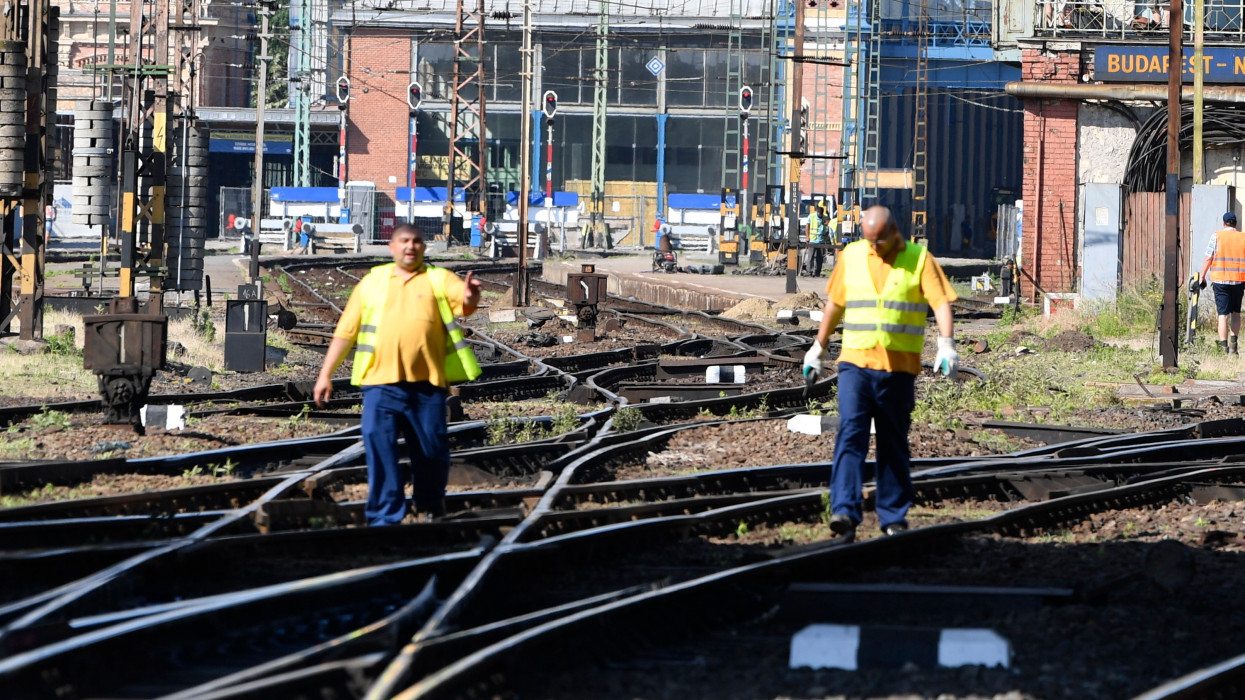 Budapest, 2021. június 19.A lezárt Nyugati pályaudvar 2021. június 19-én. Ettõl a naptól egy hónapig szünetel a forgalom a Nyugati pályaudvaron. A MÁV június 19-tõl július 17-éig kiemelt karbantartásokat végez a pályaudvari vágányhálózaton, annak teljes lezárásával. Ez idõ alatt a Nyugatiba nem érkeznek és onnan nem indulnak vonatok.MTI/Máthé Zoltán