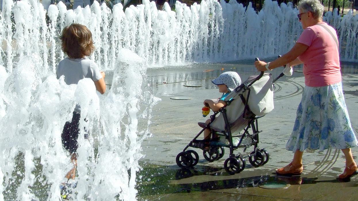 Budapest, 2020. augusztus 19.Egy nagymama két kisgyermekkel sétálgat a Szabadság tér szökõkútjának vízfüggönye közt a kánikulai melegben, így hûsítve le magát és unokáit.MTVA/Bizományosi: Jászai Csaba ***************************Kedves Felhasználó!Ez a fotó nem a Duna Médiaszolgáltató Zrt./MTI által készített és kiadott fényképfelvétel, így harmadik személy által támasztott bárminemû – különösen szerzõi jogi, szomszédos jogi és személyiségi jogi – igényért a fotó szerzõje/jogutódja közvetlenül maga áll helyt, az MTVA felelõssége e körben kizárt.