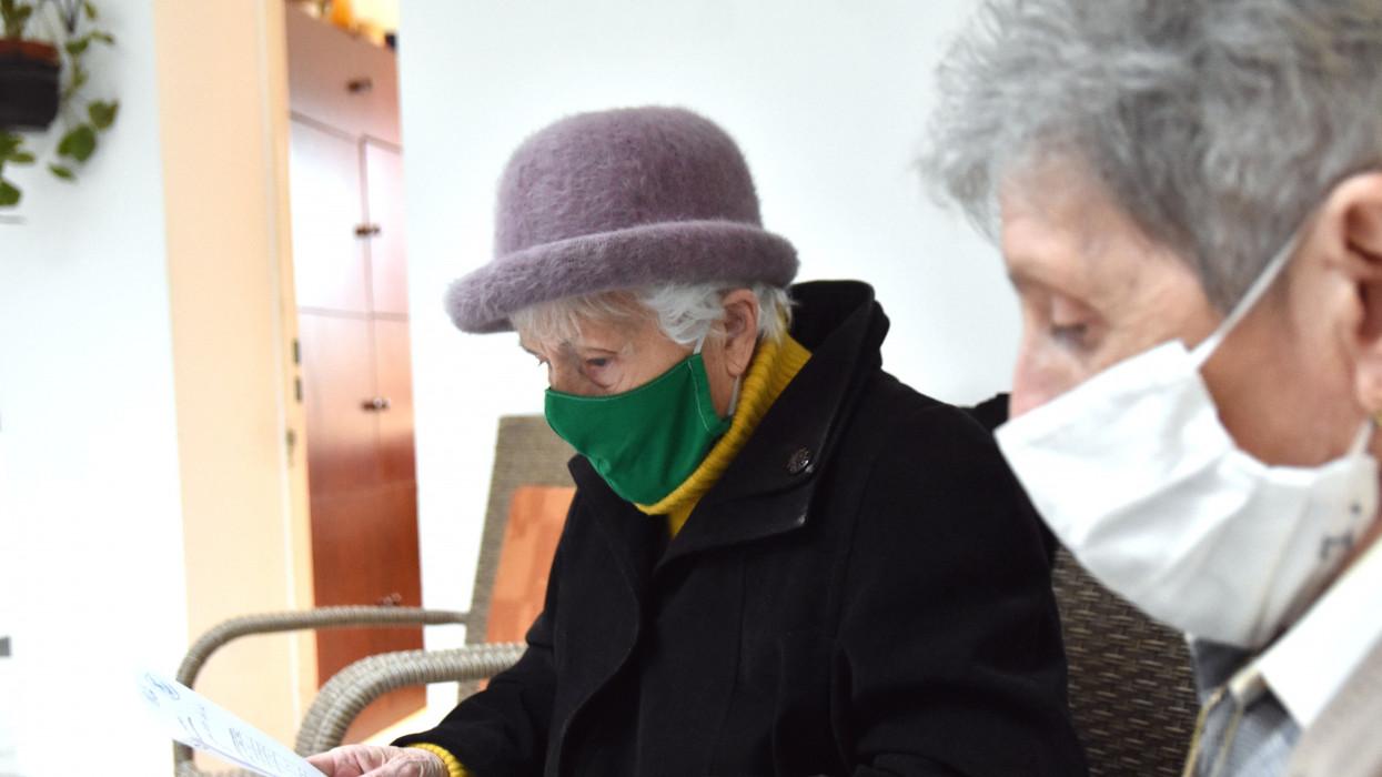 Szolnok, 2021. január 31.Csomor Józsefné lakó az oltási igazolást olvassa, miután beoltották a Pfizer-BioNTech koronavírus elleni vakcinájának második adagjával a Szolnoki Kistérség Többcélú Társulása Egyesített Szociális Intézménye Vízpart körúti idõsotthonában 2021. január 31-én. Az intézményben második alkalommal oltanak, de olyanok is kapnak oltást, akik három hete még nem kaphattak.MTI/Mészáros János