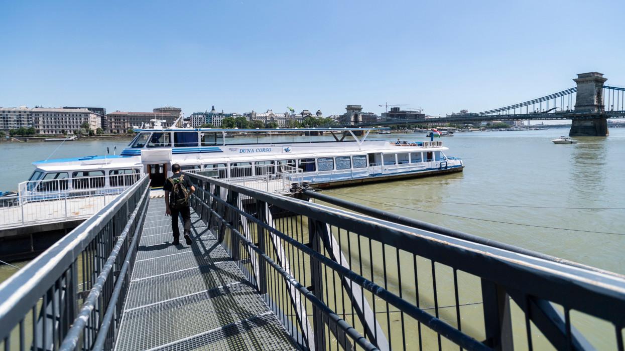 Budapest, 2021. június 16.Átkelõhajó a Duna Lánchíd melletti szakaszán 2021. június 16-án. A Lánchíd felújítása idején az Akadémia és a Jégverem utcai kikötõ között menetrend szerinti hajójárat közlekedik a Mahart és a BKK együttmûködésében.MTI/Mónus Márton