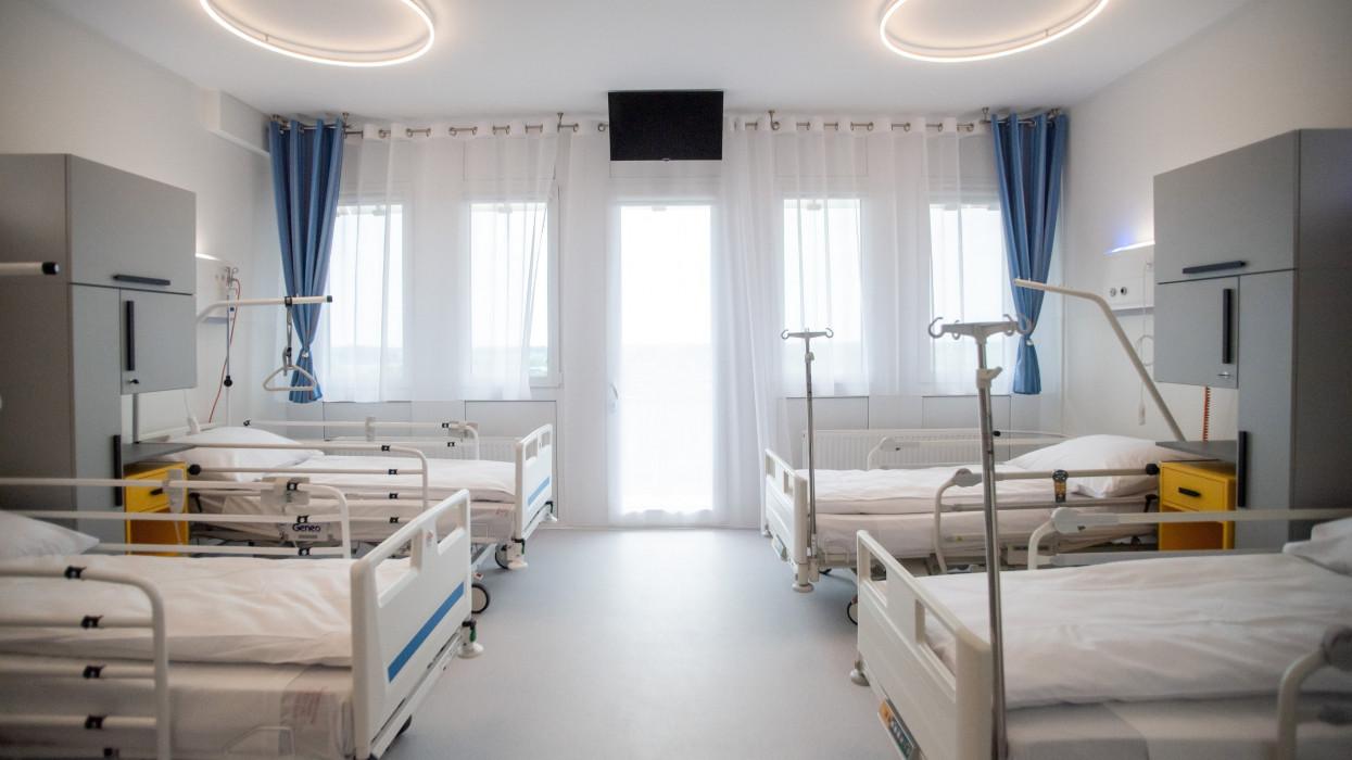 Budapest, 2021. július 5.Kórterem a Jahn Ferenc Kórház felújított urológiai osztályán az átadás napján, 2021. július 5-én. A felújított urológiai osztály mindenben megfelel a legkorszerûbb elvárosoknak, a legmodernebb technológiai vívmányok szolgálják a kórház betegeinek és dolgozóinak igényeit.MTI/Balogh Zoltán